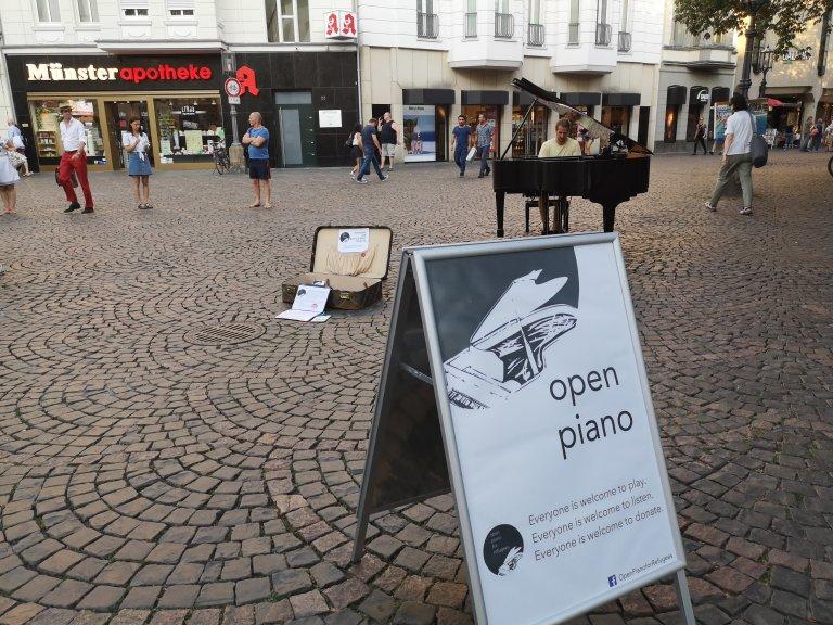 بيانو في وسط مدينة بون لمساعدة اللاجئين