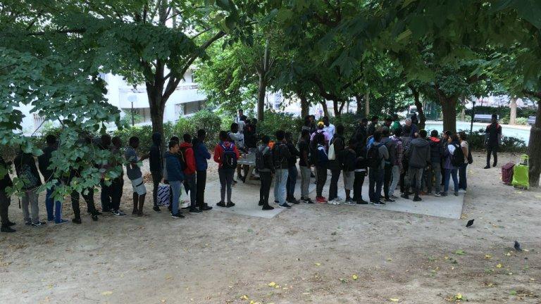 Une distribution de repas pour les mineurs migrants aux Midis du Mie. Crédit : InfoMigrants
