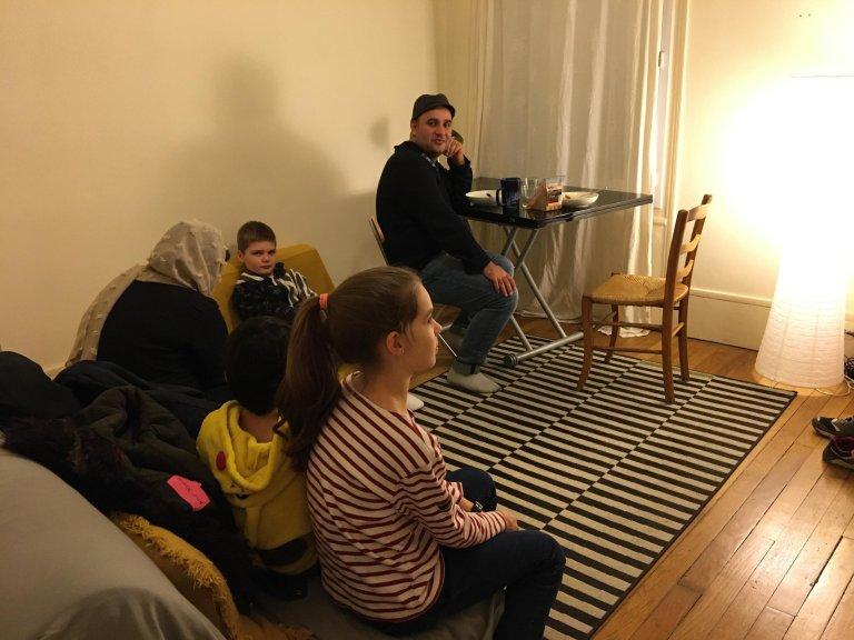 Marie Casadebaig/RFI |Un couple afghan reçu chez Beatrice et ses enfants.