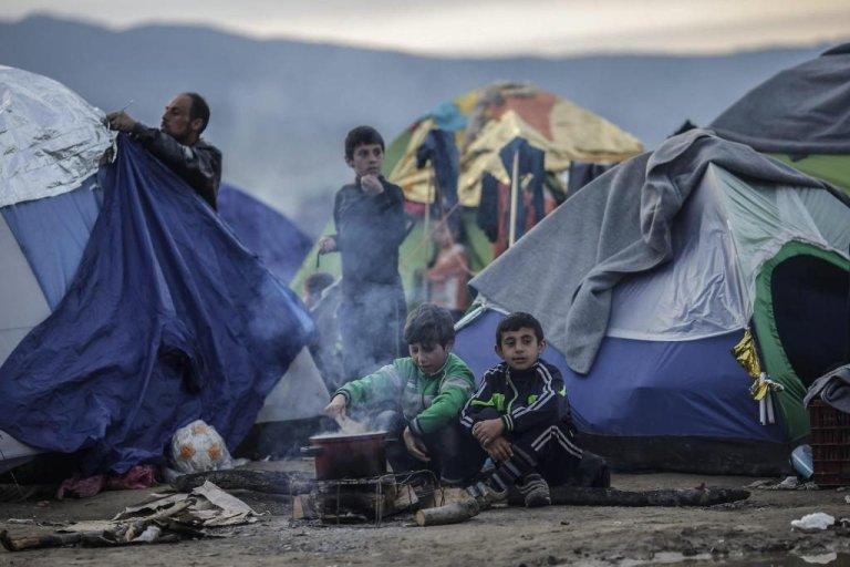 لاجئون ينصبون الخيم عند الحدود اليونانية المقدونيةبانتظار السماح لهم بالعبور، 8 آذار/مارس 2016
