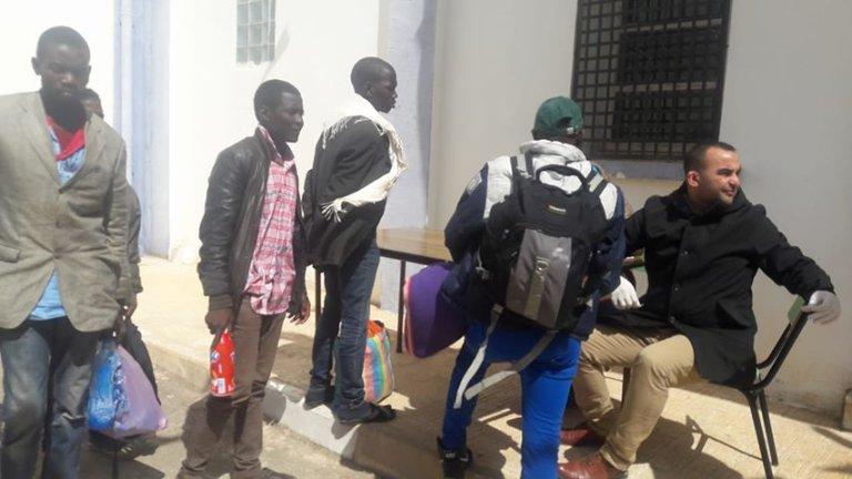 لاجئون أفارقة في أحد مراكز التجميع قبيل ترحيلهم. الصورة أرسلها لنا الصحفي الجزائري سعيد بودور.
