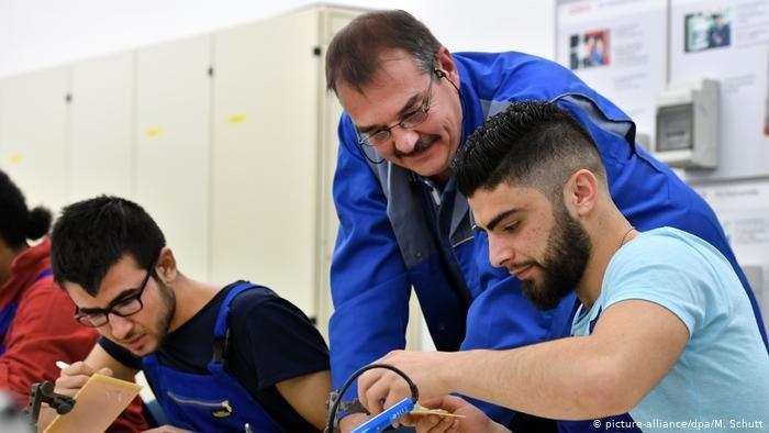 picture-alliance/dpa/M. Schutt |تسهيل وصول اللاجئين إلى سوق العمل هو أحد أهداف خطة العمل الوطنية للاندماج