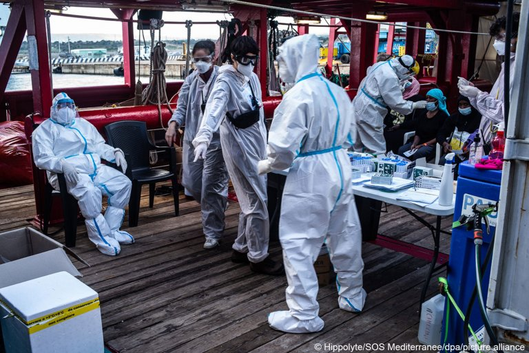 Crew members on board the Ocean Viking test rescued migrants for Coronavirus, February 8, 2021 | Photo: Picture-alliance/dpa/SOS Mediterranee | Hippolyte