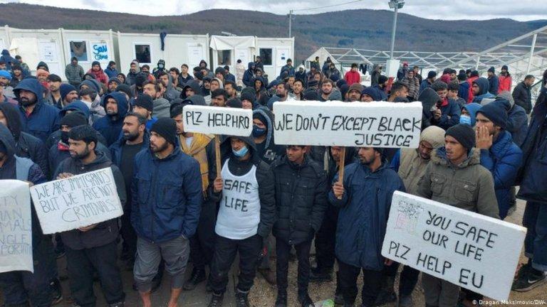 اعتراض مهاجران در کمپ بیهاچ در بوسنیا در ۵ فبروری