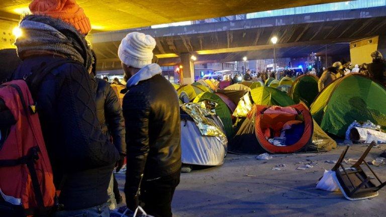 Des migrants se préparent à quitter le campement de la Chapelle, le 29 janvier 2019 (archive). Crédit : Anne-Diandra Louarn / InfoMigrants
