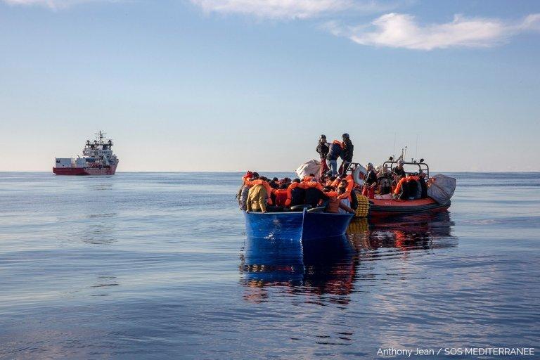L'Ocean Viking a porté secours à 84 personnes en détresse sur une embarcation en bois au large de la Libye, mardi 18 février. Photo : SOS Méditerranée