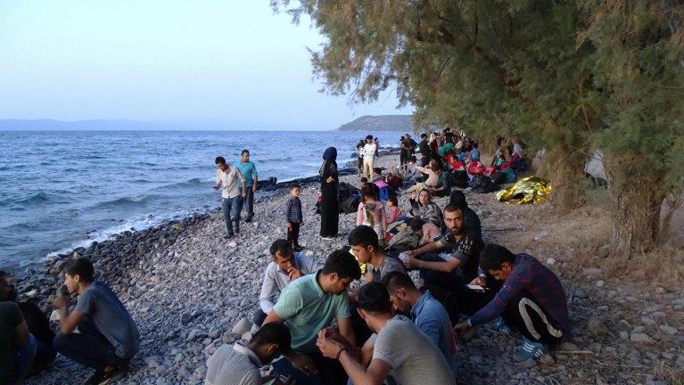 وصول عدد من المهاجرين على متن 13 قاربا إلى سكالا سيكامياس في جزيرة ليسبوس اليونانية في 29 آب/ أغسطس الماضي. المصدر: إي بي إيه / ستراتيس بالاسكاس.