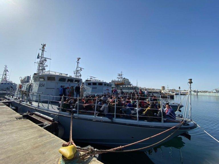 قارب تابع لخفر السواحل الليبي يعيد مهاجرين إلى طرابلس بعد اعتراضهم في المتوسط. المصدر: منظمة الهجرة الدولية