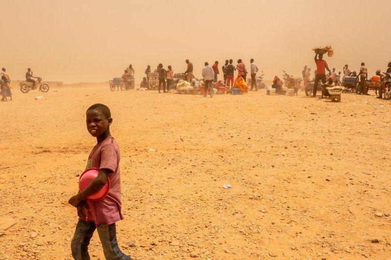 """ansa / مركز لعبور المهاجرين، الذين تم ترحيلهم من الجزائر، في مدينة أجاديز في النيجر. المصدر: صورة أرشيف/ أنسا/ منظمة الأمم المتحدة للطفولة """"يونيسف""""."""