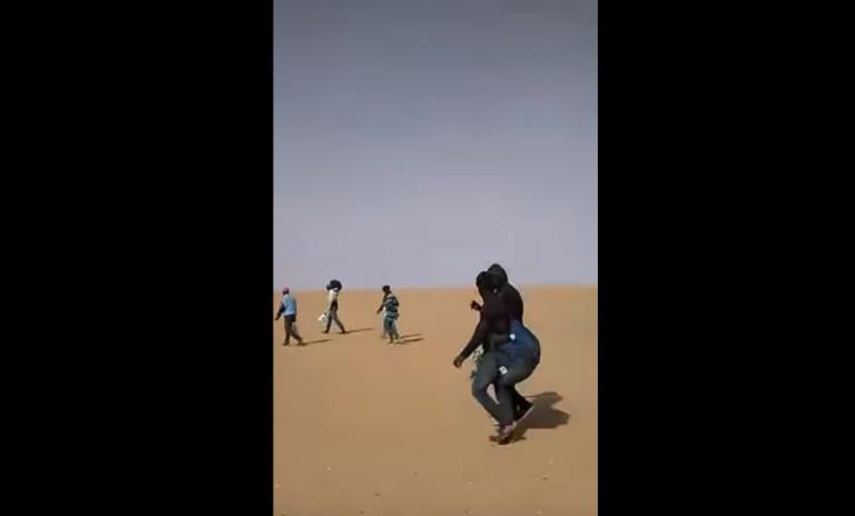 Des migrants dans le désert, quelque part entre l'Algérie et le Niger. Crédit : capture d'écran d'une vidéo de Sylla Ibrahima Sory (expulsé d'Alger en novembre 2017)