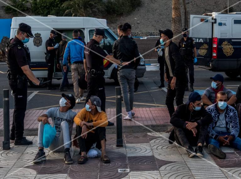 يعاني المهاجرون في المخيم القائم على رصيف أرغينيغين على جزيرة غران كناريا من ظروف معيشية صعبة للغاية. الصورة: خافيير بولوز/مهاجر نيوز