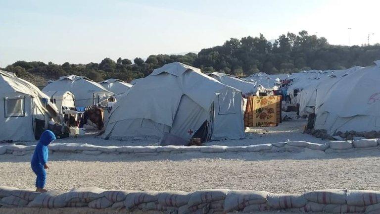 Plus de 7000 personnes vivent dans le nouveau camp provisoire de Lesbos. Crédit : DR