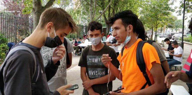 طالبو لجوء أفغان في شمال باريس، في سبتمبر 2020. المصدر / مهاجر نيوز