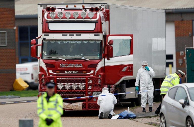 REUTERS/Peter Nicholls |Les enquêteurs autour du camion où 39 cadavres de migrants vietnamiens ont été découverts à Grays, au Royaume-Uni.