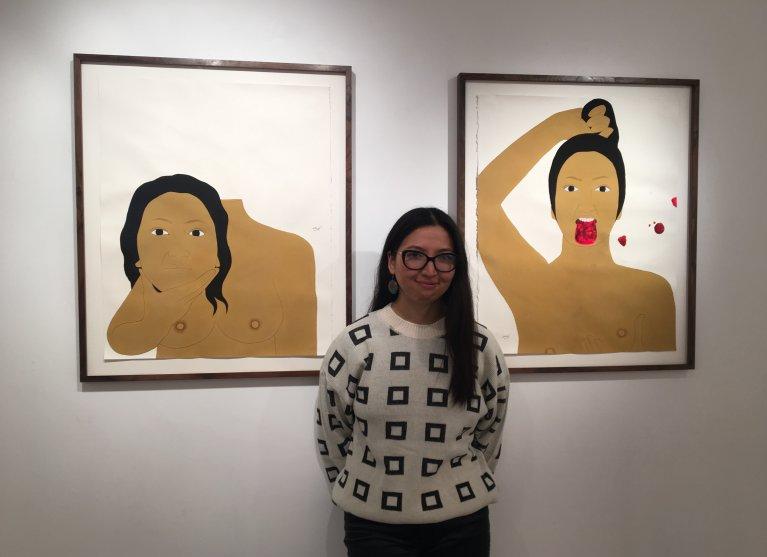 کبرا خادمی در نمایشگاه نقاشی هایش در گالری ایریک موشه در پاریس، جنوری ۲۰۲۱. عکس: مهاجرنیوز/ ح انوری