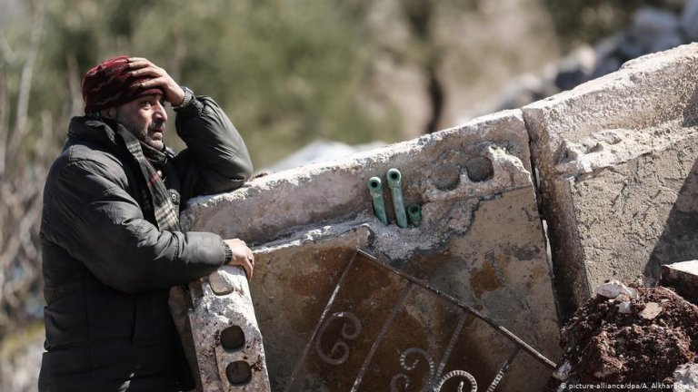 A man cries in the aftermath of an aerial bombing in Idlib, Syria | Photo: Picture-alliance/dpa/A.Alkharboutli