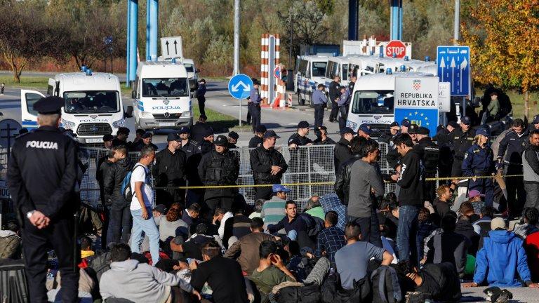 Des échauffourées ont éclaté mercredi entre policiers et migrants alors qu'une centaine de personnes bloquées en Bosnie ont tenté de franchir la frontière. Crédit : REUTERS/Marko Djurica