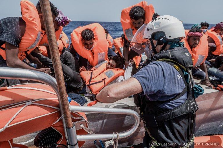 """إنقاذ مهاجرين بواسطة سفينة """"أوشن فايكنغ"""" التابعة لمنظمة """"أس أو إس ميديتراني"""". المصدر: أنسا / فلافيو غاسبريني."""