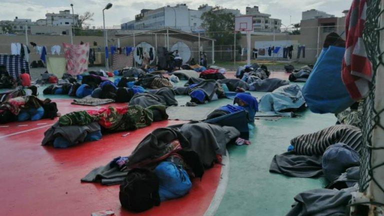 Les migrants d'Abu Salim ont dormi, le 31 octobre, à même le sol, avec des couvertures prêtées par d'autres migrants, dans la cour du GDF, le centre du HCR à Tripoli. Crédit : DR