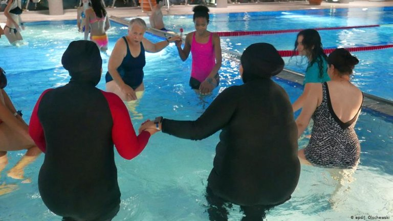 تمنح دورة السباحة العلاجية التي تقدمها ماريان إيرمان للنساء المهاجرات فرصة للتغلب على الصدمات، وتعلم السباحة. الصورة: يوتا أولشيفسكي / epd