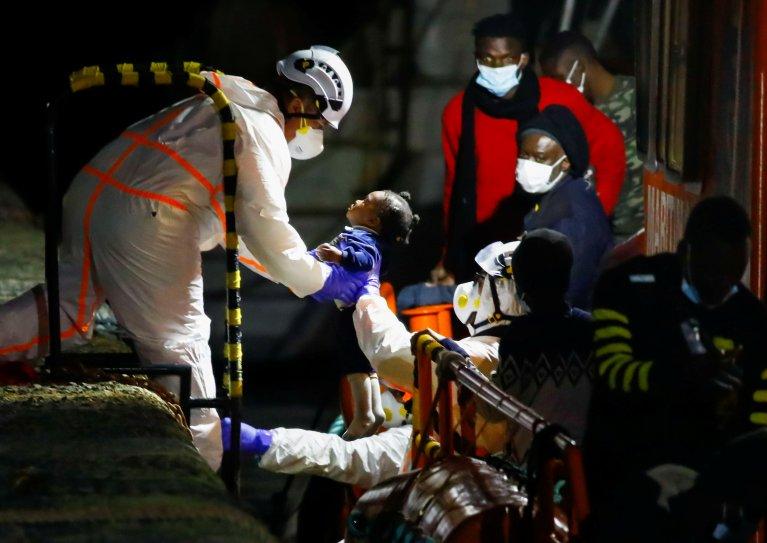 Une fillette secourue par les sauveteurs espagnols, au large des Canaries, en juin 2021 (illustration). Crédit : Reuters