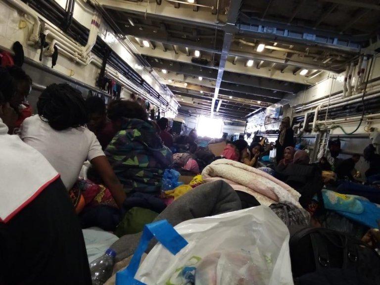 Environ 500 migrants sont maintenus à bord d'un navire militaire au port de Mytilène, à Lesbos. Crédit : DR