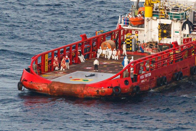Les migrants ont été secourus par le navire commercial Vos Triton. Un corps a été remonté à bord. Crédit : Sea-Watch