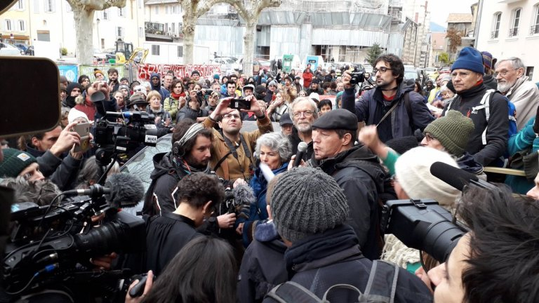 Une centaine de militants était présent devant le tribunal pour soutenir les accusés. Crédit : la Cimade