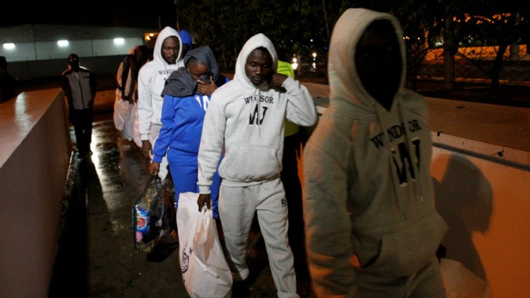 Des migrants ivoiriens arrivent à l'aéroport international d'Abidjan après avoir été évacués de Libye, le 22 novembre 2017. Crédit photo : Luc Gnago/Reuters