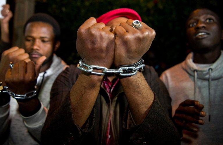 FADEL SENNA / AFP |Des migrants subsahariens manifestent devant l'ambassade de Libye à Rabat, au Maroc pour dénoncer l'esclavage, le 23 novembre 2017.