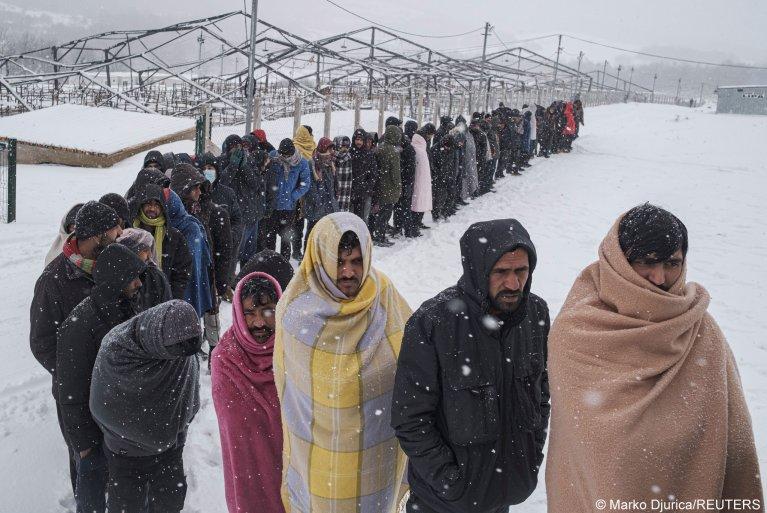 مئات المهاجرين في شمال البوسنة يبيتون في العراء والاتحاد الأوروبي يحمل السلطات البوسنية مسؤولية الوضع المأساوي