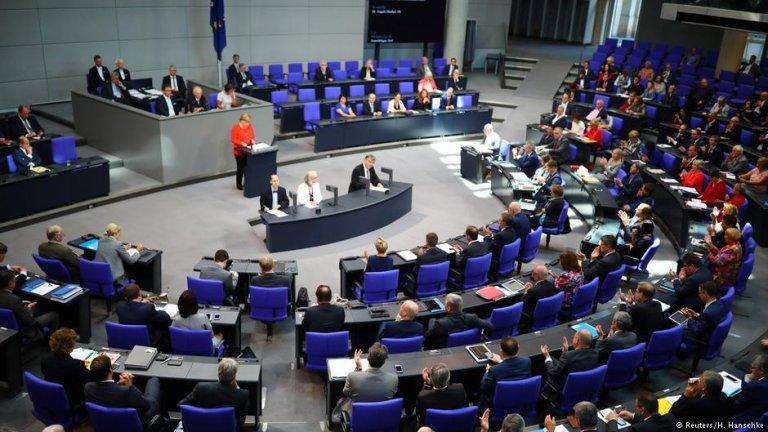 انگلا مرکل، صدر اعظم آلمان درجریان  نشست اعضای پارلمان این کشورسخنرانی میکند.