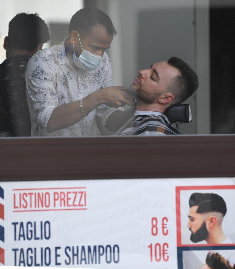 A barber of foreign origin in Milan | Photo: ARCHIVE ANSA / DANIEL DAL ZENNARO