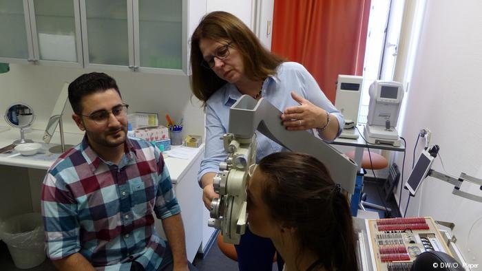 Mahmoud Al Homsi is training to become an optician in Germany. Credit: DW/O. Pieper