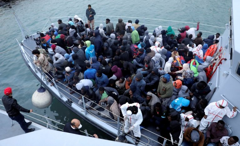 له ارشیف څخه. له مدیترانې څخه ژغورل شوي مهاجر طرابلس ته انتقالېږي. کرېډېټ: رویترز هاني اماره