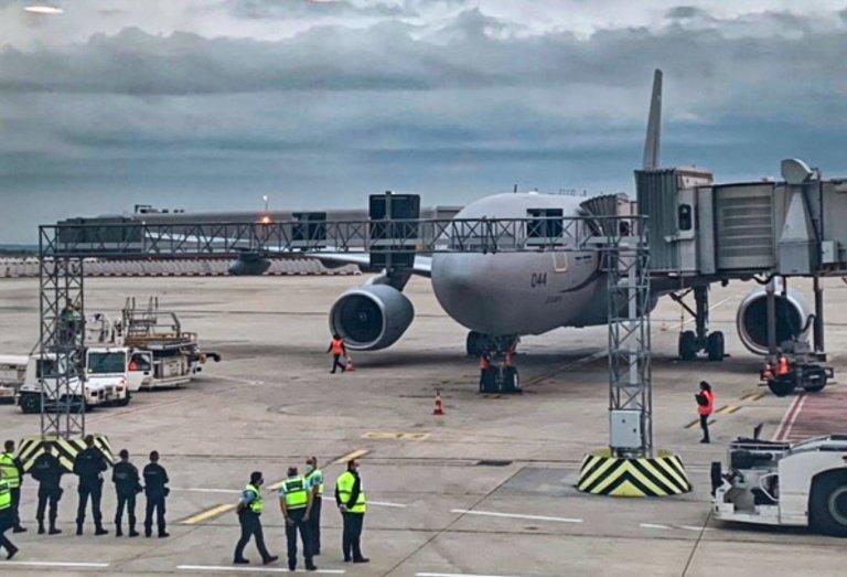 Les premiers civils évacués d'urgence d'Afghanistan atterrissent à l'aéroport de Paris Charles-de-Gaulle. Crédit : compte twitter de l'Ofii