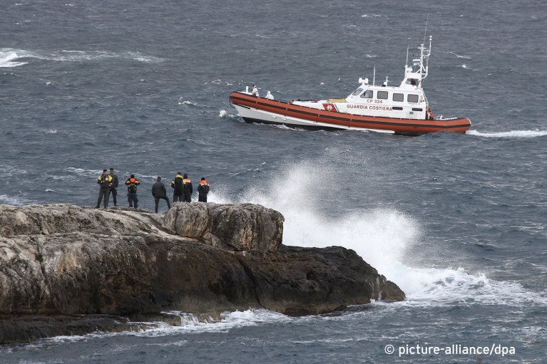 An Italian coast guard boat searches for migrants at sea near the Sicilian island of Lampedusa on Sunday, November 24, 2019| Photo: picture-alliance/AP Photo/Mauro Seminara