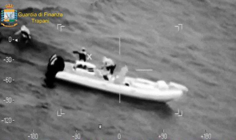 مشهد من شريط فيديو أذاعته الشرطة كجزء من العملية التي تم خلالها تفكيك منظمة إيطالية تونسية متورطة في تهريب المهاجرين والسجائر. المصدر: يوفيكيو ستامبا.