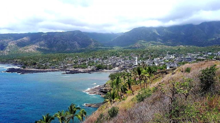 Vue sur l'île d'Anjouan dans l'archipel voisin des Comores. Crédit : La Cimade