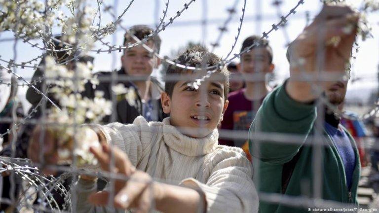 صورة من الأرشيف تظهر طالبي لجوء في اليونا