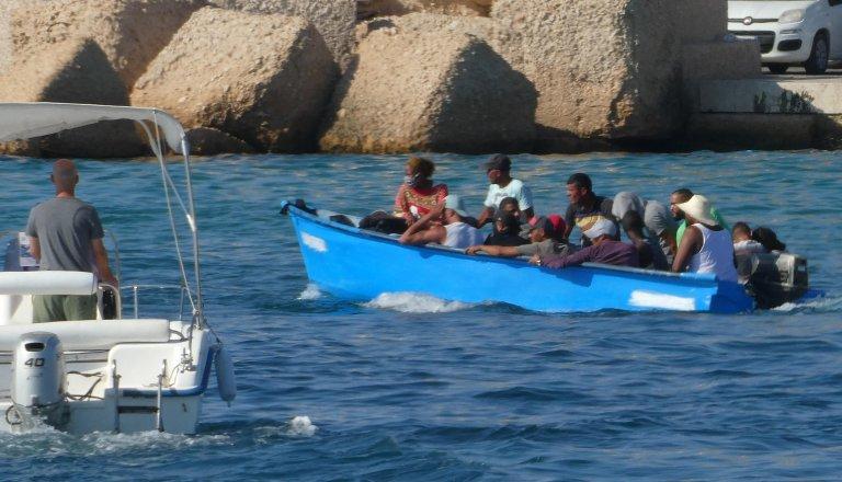 ۱۱ اگست ۲۰۲۰، یک قایق کوچک حامل مهاجران در نزدیکی جزیره ایتالیایی لمپه دوزا/عکس: ANSA/Elio Desiderio