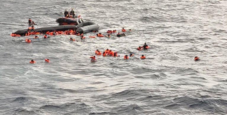 """بعض من المهاجرين الذين أنقذتهم """"أوبن آرمز"""" في 11 تشرين الثاني\نوفمبر 2020. الصورة من حساب أوسكار كامبس على تويتر"""