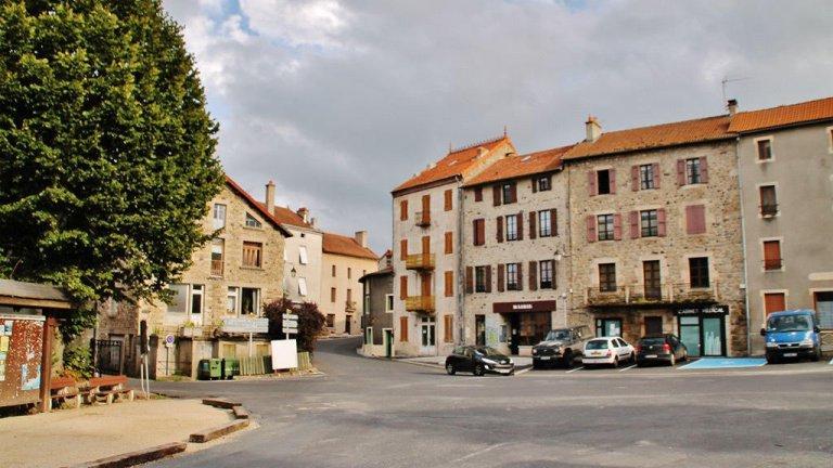 © ويكيبيديا |ساحة قرية شامبون لو شاتو الفرنسية