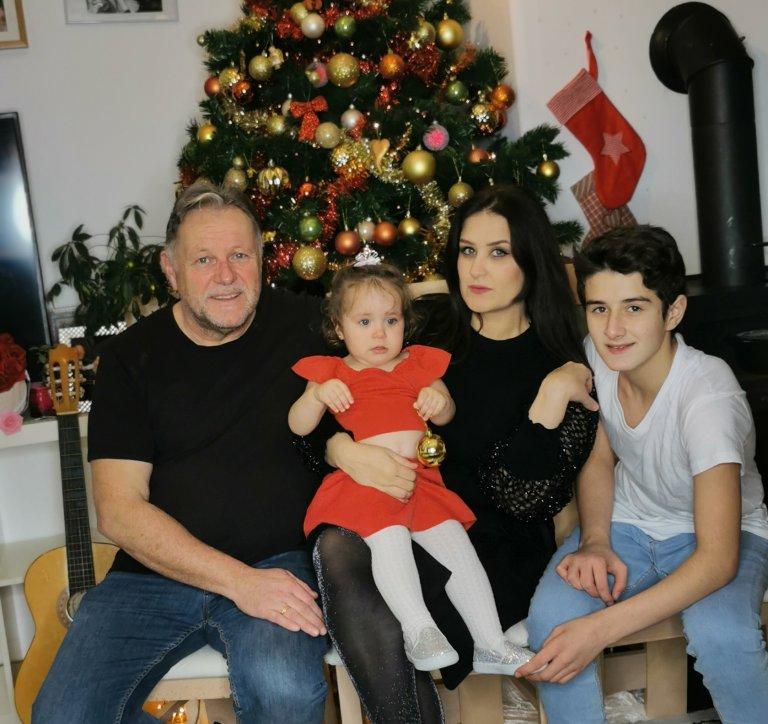 المهاجرة السورية عهد رايمر مع زوجها الألماني وابنها خالد وابنتهما دينيز