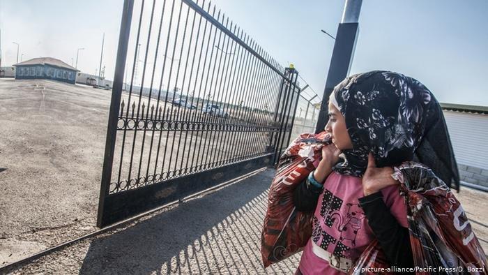 لاجئة سورية على الحدود بين سوريا وتركيا