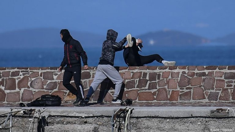 A journalist is attacked by residents who are trying to prevent migrants from disembarking on the Greek island of Lesbos, March 1, 2020 | Photo: Getty Images/AFP