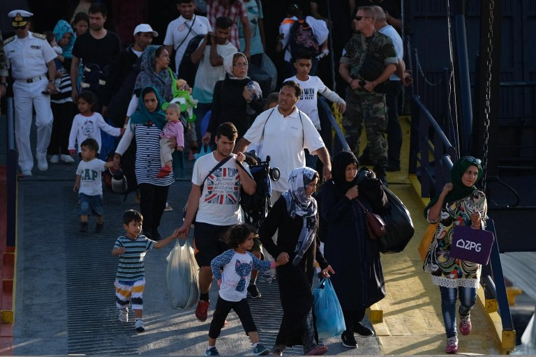 ANSA / لاجئون يهبطون في ميناء تسالونيكي، بعد نقلهم من مخيم موريا في جزيرة ليسبوس اليونانية. المصدر: إي بي إيه / نيكوس أرفانتيدس.