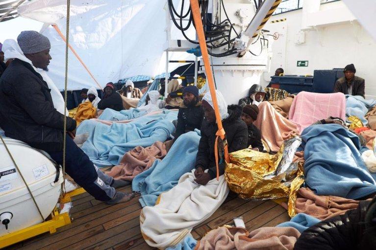 گروهی از مهاجران در کشتی ایلان کردی.
