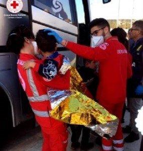 قاصر تتم مساعدته بواسطة الصليب الأحمر بعد هبوطه في بوليا. المصدر: أنسا.