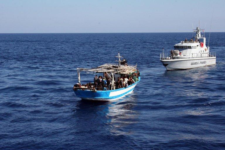 ansa / قارب تم اعتراضه من قبل شرطة الأموال الإيطالية في بورتو إمبيوكلي، بعد أن هبط منه عدد كبير من المهاجرين التونسيين. المصدر: أنسا/ المكتب الصحفي لشرطة الأموال الإيطالية